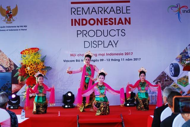 Diễn viên múa nhà hát Trưng Vương Đà Nẵng giới thiệu điệu múa truyền thống đến từ Surabaya của Indonesia