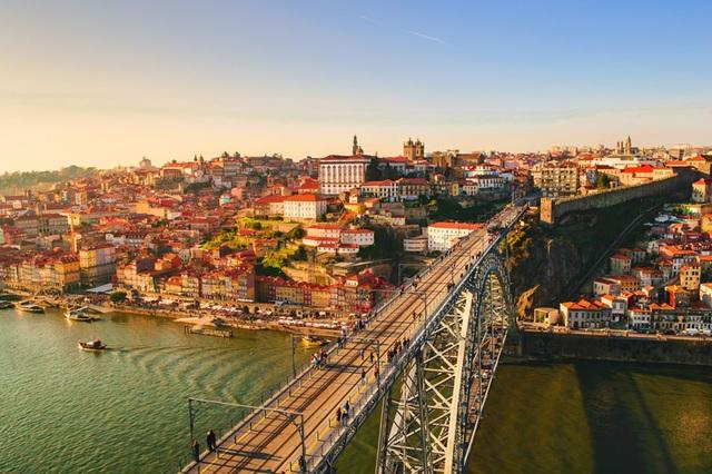 Bồ Đào Nha có nền kinh tế tiến bộ với thu nhập và tiêu chuẩn sinh hoạt cao và là một trong 13 quốc gia phát triển bền vững nhất vào năm 2017.