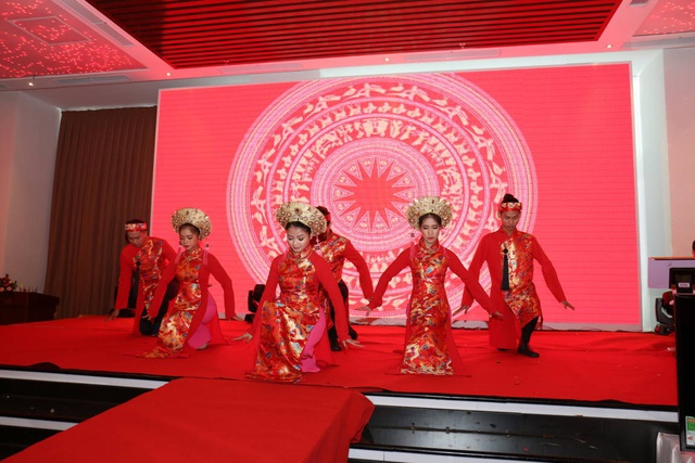 Các thành viên Việt Hưng Phát cháy hết mình với những tiết mục văn nghệ đặc sắc.
