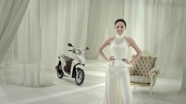 Sành điệu, sang trọng, thanh lịch – những bạn gái #Thờithượng hẳn sẽ để mắt ngay đến mẫu VISION trắng ngà của Tóc Tiên – đại sứ thương hiệu Ô tô và Xe máy Honda Việt Nam.