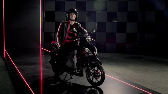 """Phiên bản đen mờ do Đại sứ thương hiệu Xe máy Honda Việt Nam Noo Phước Thịnh """"cầm trịch"""" – một trong những minh chứng cho xu hướng """"unisex"""" của VISION – biến đây là lựa chọn hàng đầu cho tín đồ xe tay ga cả nữ và nam giới."""
