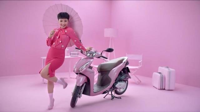 """Một item thời trang cho những cô nàng thời đại mới: ngọt ngào, nữ tính nhưng vẫn đầy cá tính. Như Miu Lê – """"chủ nhân sắc màu"""" của VISION hồng: dù là """"Cô gái đến từ hôm qua"""" Việt An hay trong vai trò huấn luyện viên khách mời của Vietnam Idol Kids, cô nàng cũng luôn tạo cho mình những dấu ấn riêng biệt. Hãy chọn VISION hồng nếu bạn muốn gia nhập team #PháCách như Miu Lê."""