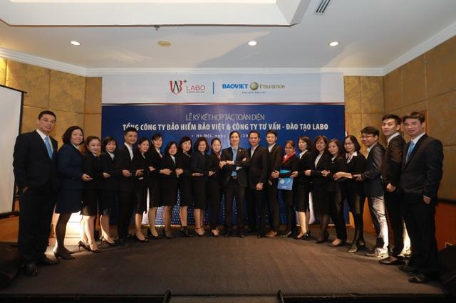 Đội ngũ cán bộ Quản lý kinh doanh chụp ảnh ra mắt cùng Đại diện Ban lãnh đạo 2 đơn vị