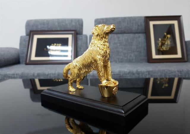 Linh Khuyển phú quý mạ vàng đứng trên thỏi tiền vàng có giá 8,5 triệu đồng.