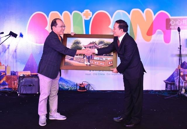 Ông Ngô Hoài Chung trao tặng quà lưu niệm cùng đại diện của CNI Quốc tế