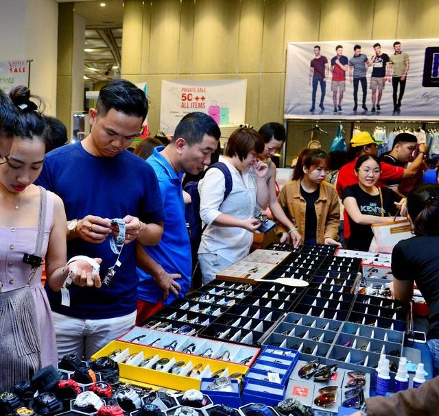 Một góc gian hàng đồng hồ, mắt kính tại sự kiện VStyle's Private Sale