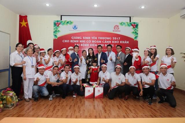 Đoàn thiện nguyện chụp hình lưu niệm cùng đại diện BV Nhi Đồng 1