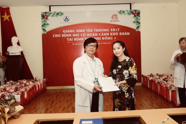 Lãnh đạo BV trao quà lưu niệm và thư cảm ơn tấm lòng của Việt Hưng Phát.