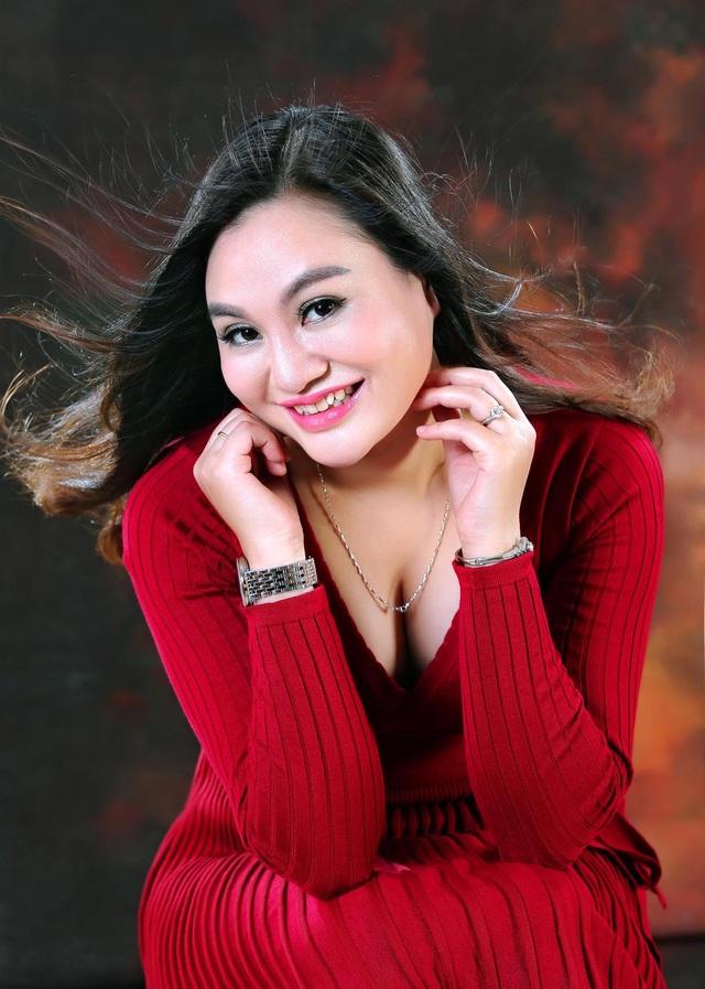 Hình ảnh về nét đẹp quý phái, sang trọng, nụ cười duyên và đầy chất nghệ sĩ của nữ doanh nhân Trần Huyền Nhung.
