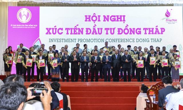 Thủ tướng Chính phủ Nguyễn Xuân Phúc cùng lãnh đạo bộ, ngành và tỉnh Đồng Tháp chức mừng các nhà đầu tư. Ảnh: Nguyễn Trung