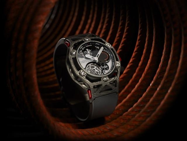 Phiên bản đặc biệt Hublot Techframe được chính các kĩ sư của Ferrari thiết kế nhân dịp kỉ niệm 70 năm thành lập của Ferrari.