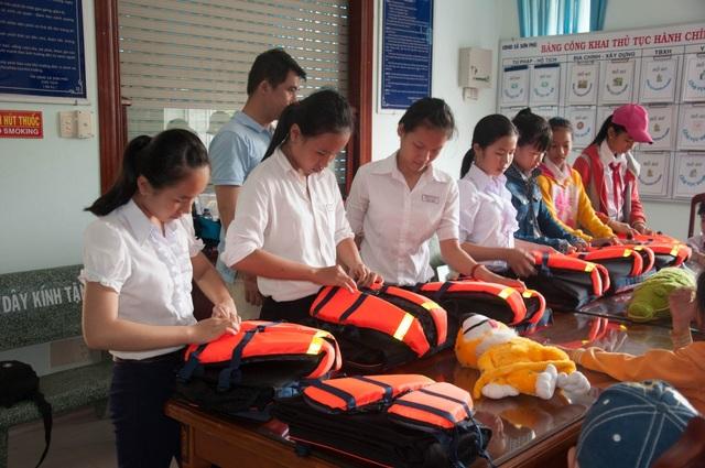 Hướng dẫn học sinh sử dụng áo phao