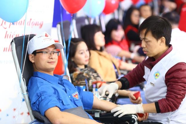 Cán bộ, công nhân ngành Điện tham gia hiến máu tại chương trình Tuần lễ hồng EVN lần III 9