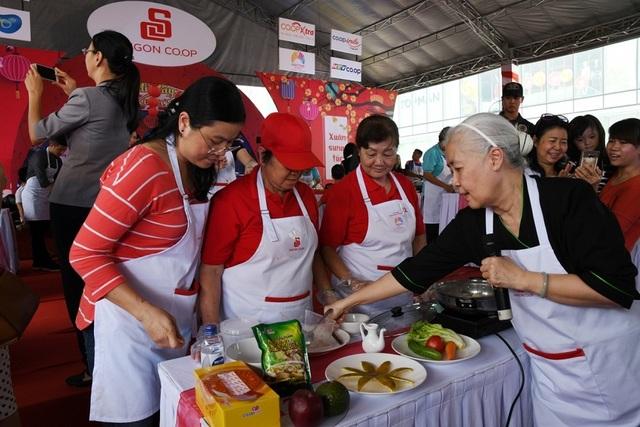 Chuyên gia ẩm thực trực tiếp hướng dẫn một gia đình tại sự kiện