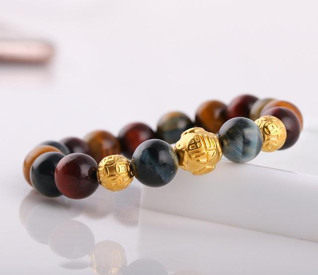Kết hợp cùng charm vàng cao cấp, vòng tay đá mắt hổ nhiều màu càng thêm sang trọng, tăng phần đem lại sự giàu có, thành công.