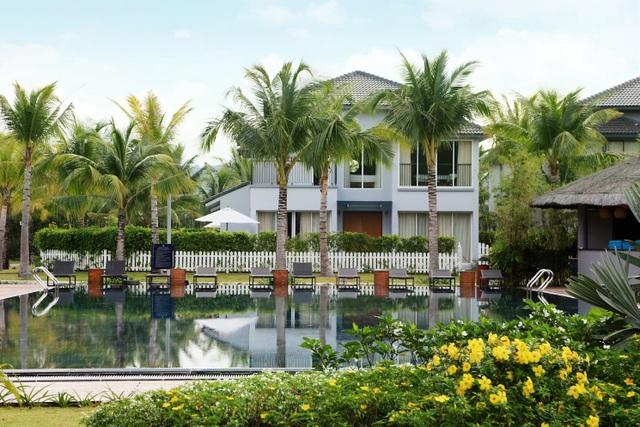 Các căn biệt thự có lối thiết kế đơn giản nhưng hài hoà với thiên nhiên và đều sở hữu bể bơi riêng