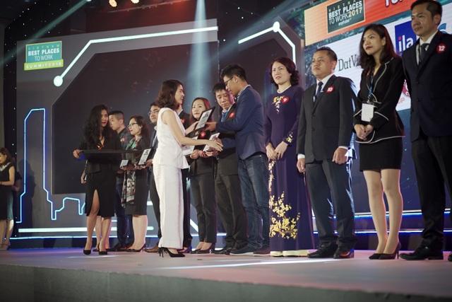 Bà Nguyễn Tâm Trang, Phó Chủ tịch Nhân sự Unilever Việt Nam trao giải cho các Doanh nghiệp nằm trong Top Nơi làm việc tốt nhất Việt Nam 2017