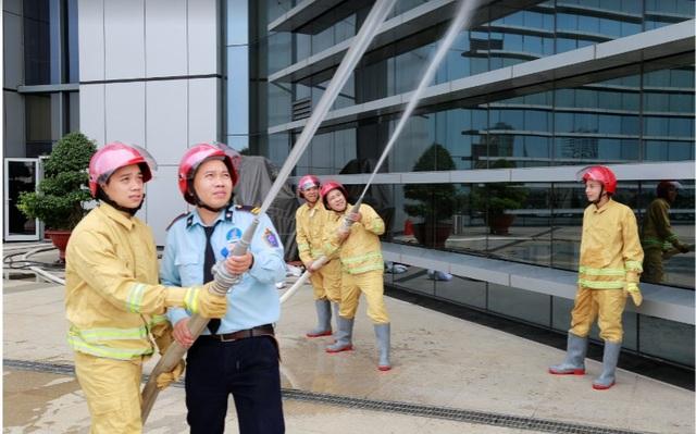 Cam kết giải quyết được các sự cố hoả hoạn, an ninh giúp chủ dự án ghi điểm trong mắt khách hàng (Hình ảnh: PSA diễn tập PCCC định kỳ tại Petrovietnam Tower 18 Láng Hạ)