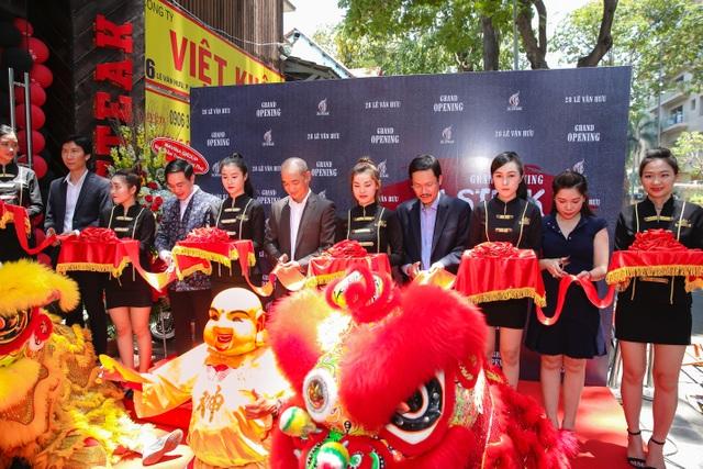 Chef Phạm Tuấn Hải cùng các thành viên Hội đồng Quản trị Hệ thống nhà hàng Hi-Steak cắt bang khánh thành.