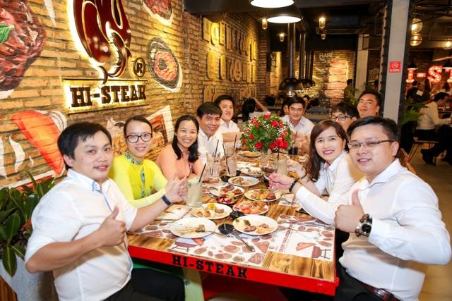 Những thực khách đầu tiên được thưởng thức món ăn và không gian của Hi- Steak.