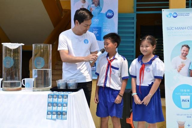 MC Phan Anh giao lưu cùng các em học sinh trường tiểu học B An Châu, thị trấn An Châu, An Giang