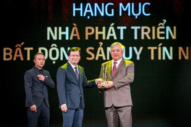 """Tổng Giám đốc Vihajico – Ecopark Ông Đào Ngọc Thanh (bên phải) nhận giải thưởng """"Nhà phát triển BĐS uy tín nhất"""""""