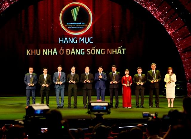 Phó Tổng giám đốc Tập đoàn Tân Hoàng Minh, ông Mạnh Hoàng Thao nhận giải Khu nhà ở đáng sống nhất (ngoài cùng bên trái)