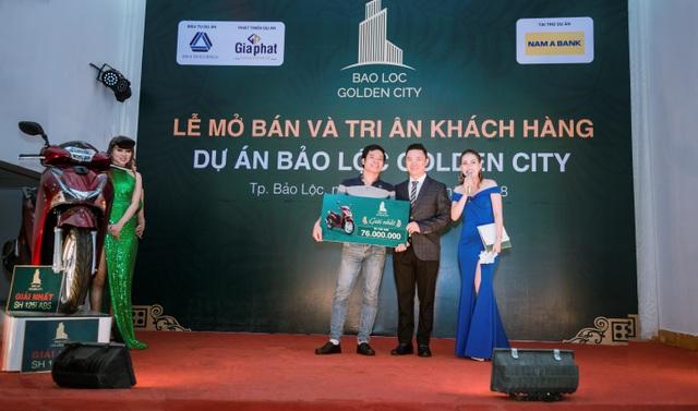 Ông Lê Dương Thế Hùng - TGĐ Công ty Bất động sản Gia Phát trao giải nhất xe SH 125i cho khách hàng may mắn.