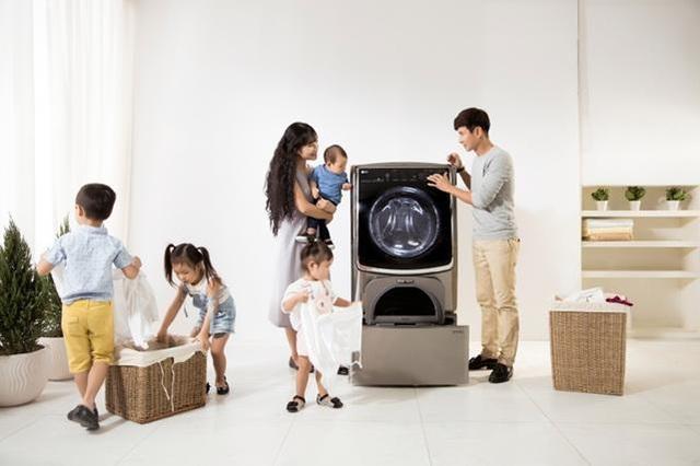 Minh Hà thường sử dụng chế độ giặt sấy 2 trong 1 EcoHybrid để tạm biệt mùi hôi quần áo trong những ngày thời tiết nồm ẩm