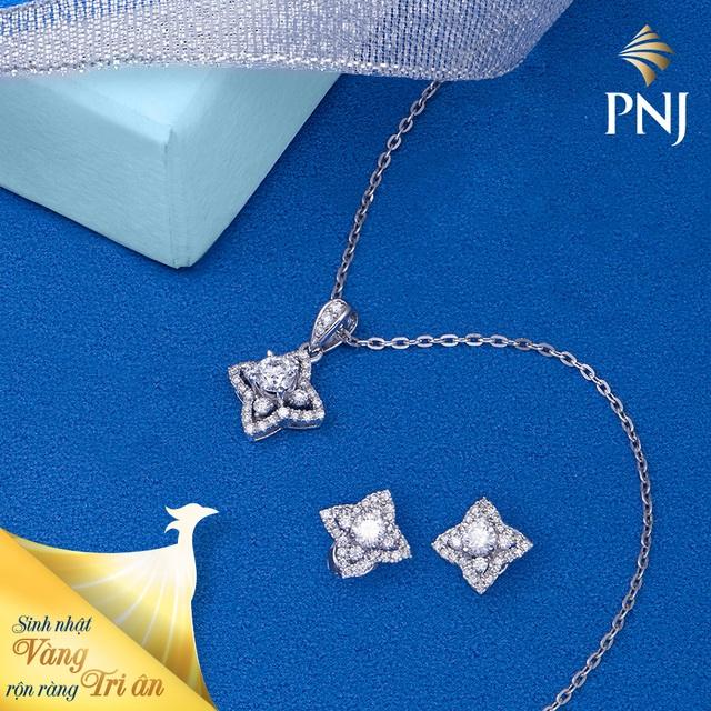 Trang sức Kim cương được cách điệu độc đáo, tỏa sáng nét sang trọng mà vẫn giữ trọn vẻ thanh lịch qua nghệ thuật điểm xuyết những viên kim cương mê hoặc. Những mẫu nữ trang họa tiết Ngôi sao 4 cánh luôn là lựa chọn lý tưởng cho quý cô yêu phong cách lãng mạn