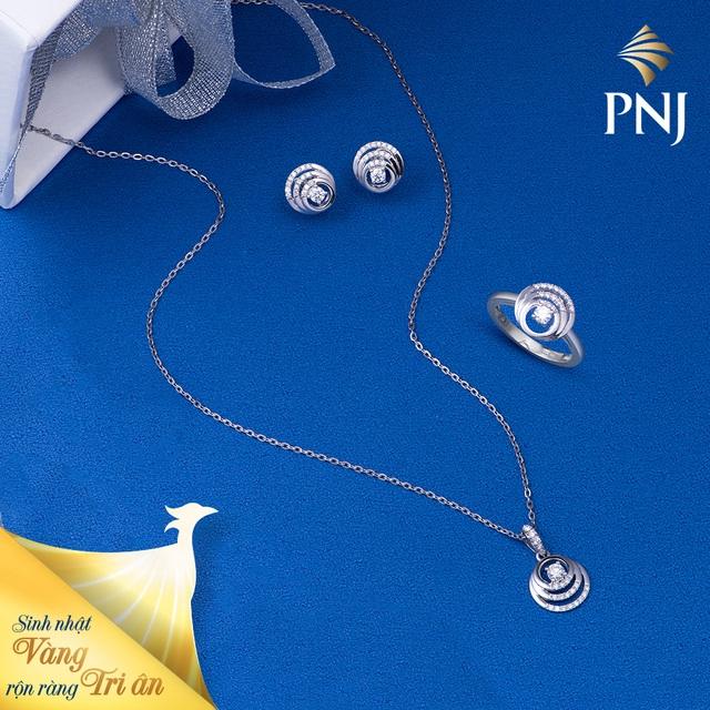 Một thiết kế nữ trang Kim cương mang tinh thần hiện đại, phóng khoáng cùng nguồn cảm hứng từ sắc thái cá tính, quyến rũ của quý cô ngày nay. PNJ sở hữu những viên kim cương thiên nhiên có chất lượng hoàn hảo, được kiểm định theo tiêu chuẩn quốc tế GIA, được sàng lọc gắt gao và duy nhất bởi PNJLab