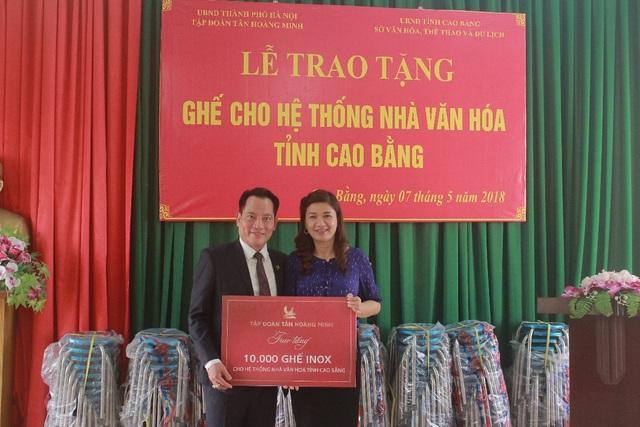 Ông Trần Hồng Sơn – Phó Tổng Giám đốc Tân Hoàng Minh trao tặng 10.000 ghế Inox cho Sở VHTTDL tỉnh Cao Bằng