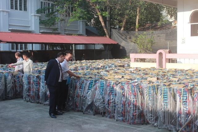 Đại diện Ban Lãnh đạo Tân Hoàng Minh đích thân kiểm tra chất lượng ghế Inox được trao tặng