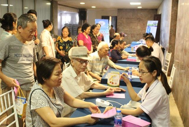 Cán bộ Bệnh viện tim Hà Nội đo huyết áp tim mạch, tiểu đường, tặng quà cho khách tham dự.