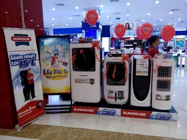 """Sau khi Quán quân Sing my song 2018 tung MV """"Hè lộn xộn"""", có nhiều khách hàng đến siêu thị điện máy tìm mua quạt điều hòa SUNHOUSE."""