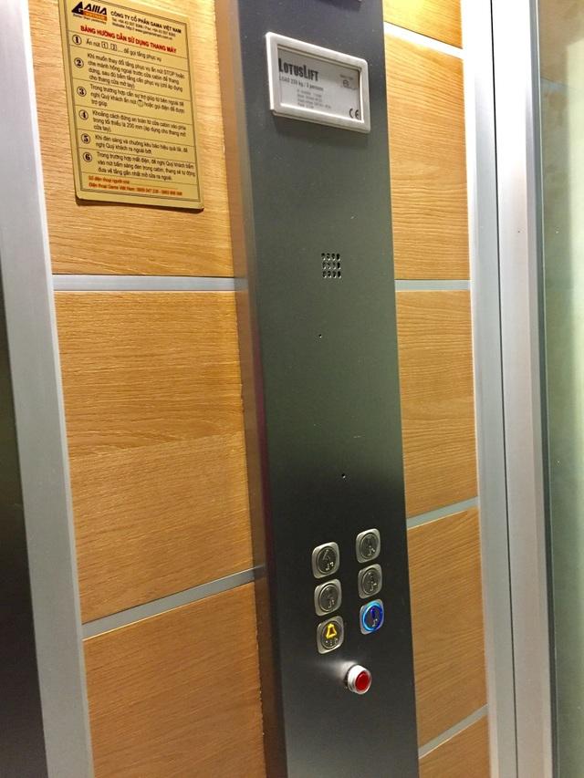 Nút cứu hộ màu đỏ được Gama trang bị sẵn trong cabin thang máy