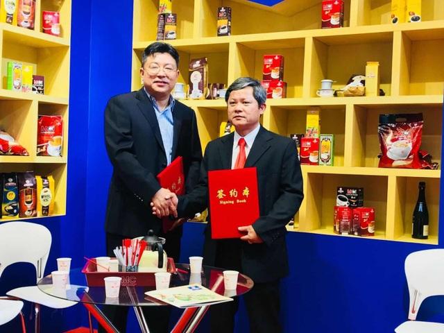 Đại diện Mê Trang và đại diện Bailian Youan cùng trao thỏa thuận ký kết hợp tác.