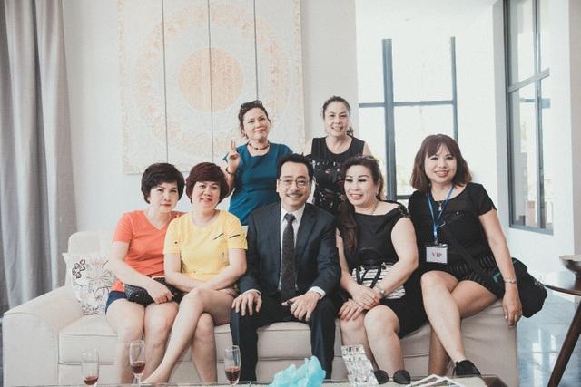 Khách hàng được tham quan nhà mẫu và chụp ảnh cùng NSND Hoàng Dũng