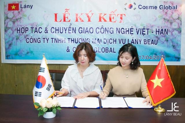 Bà Nguyễn Thị Hồng Châu – Giám đốc Lány Beau ký kết biên bản chuyển giao với bà Maria An – Giám đốc công ty Hàn Quốc Cosme Global.
