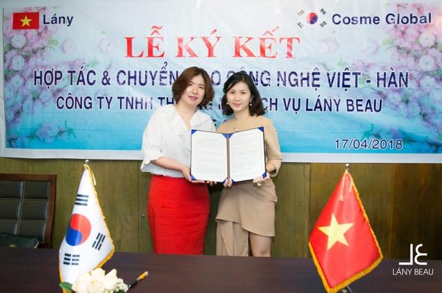 Bà Nguyễn Thị Hồng Châu chụp hình lưu niệm với đối tác người Hàn Quốc.