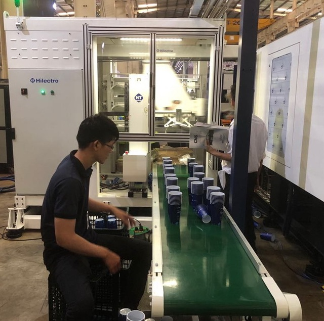Máy Robot tay ngang ứng dụng công nghệ IML (In-mould Labelling – công nghệ dán tem trong khuôn) giúp tăng năng suất và chất lượng sản phẩm.