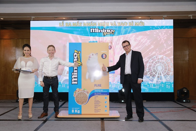 Ông Gerald Giám đốc Marketing toàn cầu của Tập đoàn Neovia (thứ 2 bên trái) và Ông Christophe Guillaume – TGĐ Tập đoàn Neovia Việt Nam (bên phải)–giới thiệu sản phẩm Minino Yum