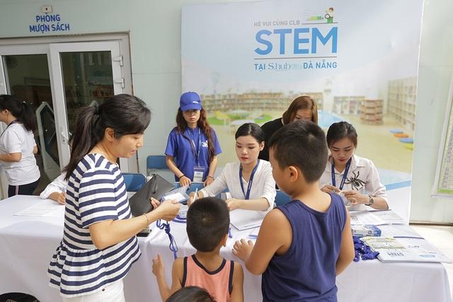 Phụ huynh và học sinh check-in và nhận thẻ tham dự hội thảo