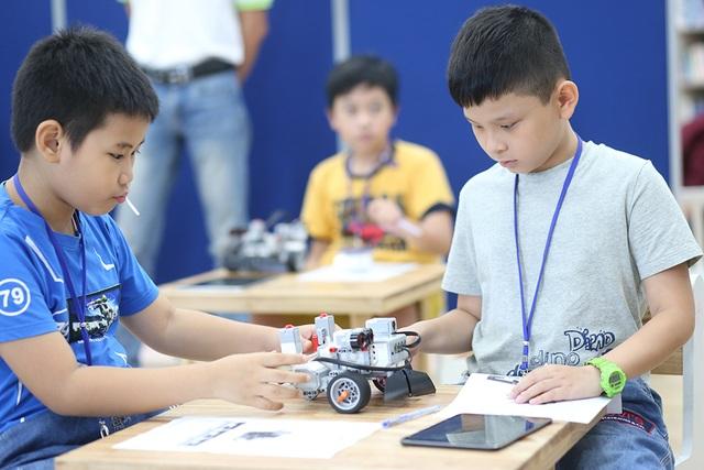 Các em khám phá mô hình robot và tìm hiểu về tự động hóa