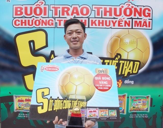 ◊Anh Nguyễn Văn Phi - Khách hàng trúng thưởng Quả Bóng Vàng (Nguồn: Acecook Việt Nam)