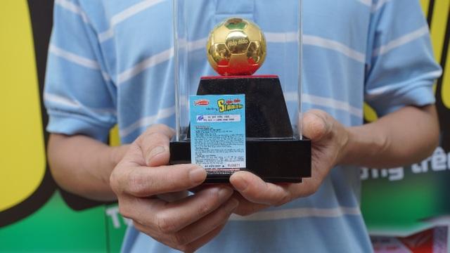Thẻ cào may mắn đầu tiên và Quả bóng vàng trị giá 3 cây vàng 9999 hơn 110 triệu đồng (Nguồn: Acecook Việt Nam)