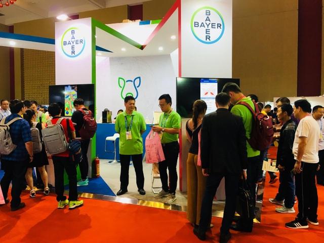 Khách tham quan IPVS 2018 hào hứng trải nghiệm các hoạt động tại gian hàng.