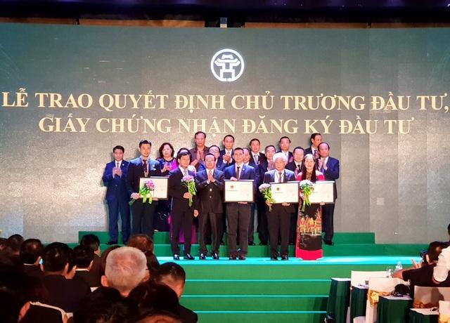 Ông Đỗ Hoàng Việt - Đại diện Tập đoàn (ngoài cùng bên trái) đón nhận Giấy chứng nhận đăng ký đầu tư dự án BT Hoàng Mai từ đại diện UBND Tp. Hà Nội