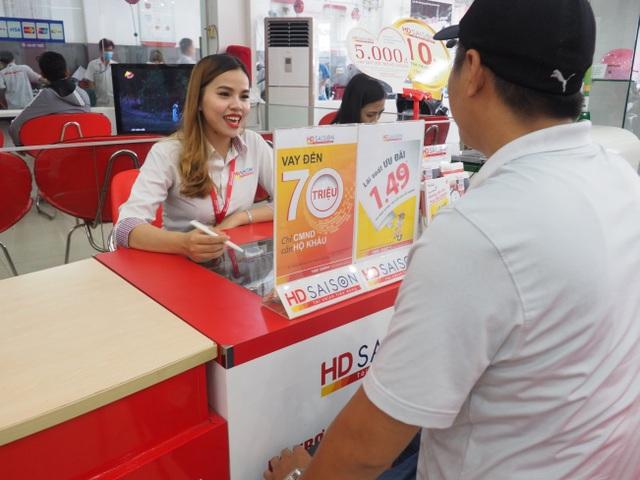 Nhân viên HD SAISON tư vấn cho khách hàng.