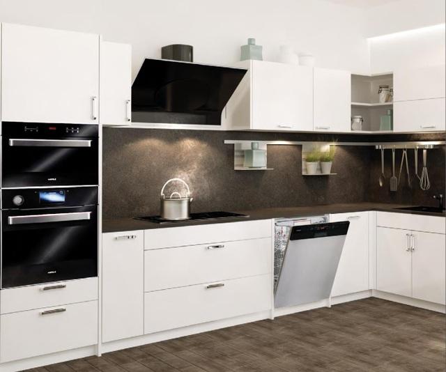 Thiết kế bếp hiện đại thường sử dụng máy rửa chén âm tủ hoặc âm bán phần để vừa tối ưu hóa diện tích vừa tăng thêm giá trị thẩm mỹ cho không gian bếp